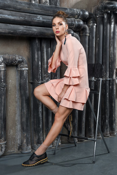 Персиковое платье с воланами Mondigo со скидкой